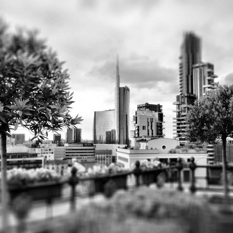 Milano splendida ma attenzione a dove camminate!